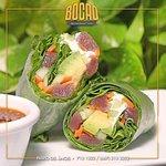 Rollos de Atún, preparados con una variedad de verduras y acompañados de soya preparada.