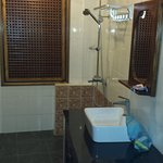 1 habitacion planta baja sin vistas tiene dos baños