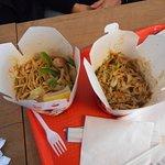 Piatti della cucina asiatica in un ambiente confortevole