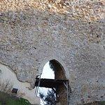 La porta maggiore nella cortina del ponte normanno