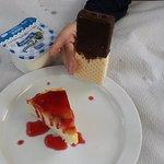 Mini tarta de queso, el helado y yogur natural.