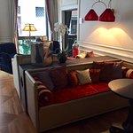 Living del hotel con vista al canal-
