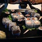Rolls de atun, langostinos y salmon.