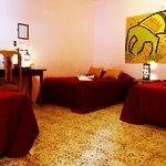 Disfruta de nuestras cómodas y espaciosas habitaciones en un ambiente de paz y tranquilidad