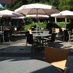 Een aantal tafels buiten op ons mooie terras