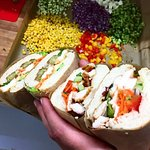 Mit Hilfe unserer knackigen Salatvariationen, handgemachten Sandwiches und vielem mehr, legen wi