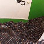 le top du vintage kitch: la moquette confettis dans un escalier vert pomme