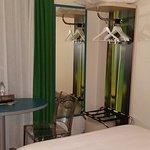 """rideau vert, table bleue et magnifique poster """"bambous"""" dans le placard sans porte!"""