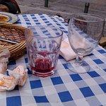 A la derecha la cerveza y a la izquierda el vaso de tinto con casera.