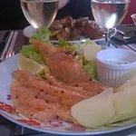 Gravelax de saumon,salade et pommes de terre tièdes
