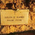 placa en honor a una turista que quedó aquí