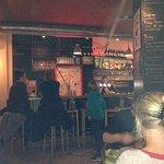 De bar en het krijtbord met daily specials.
