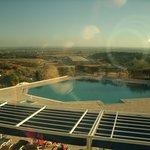 Vista da piscina externa e paisagem local