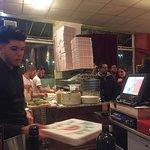 La queue pour les pizzas a emporter