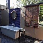 Seconde salle de bain en extérieur.