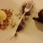 Tortino con cuore di cioccolato caldo e gelato alla crema