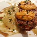 Conejo deshuesado plancha con salsa romesco y parmentier de patata