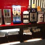 用了兩台等級不高的咖啡機與品質跟超商差不多的豆子,煮出來的咖啡叫做:災難!而,這居然出現在自以為很優秀的長榮桂冠酒店!