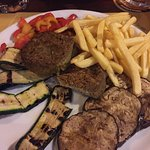 Piatto vegetariano con hamburger di spinaci! Squisito