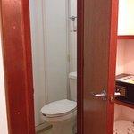 Mini bagno con water attaccato al box doccia