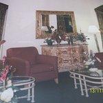 Area de descanso de un hotel con mobiliario de otros tiempos.