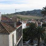 Vista desde la terraza. Al pie de las palmeras se ven las mesas de la terraza discotequera ruido
