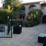 Espace salon extérieur devant la piscine