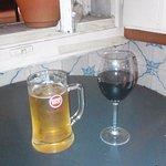 Jarra de cerveza portuguesa y vino tinto portugues