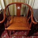 螺鈿細工の施された椅子と机