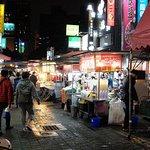 食べ物屋台が中心の「雙城夜市」まで3~4分。