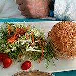 Hamburguesa de ternera andorrana con cebolla confitada y queso