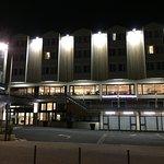 facade de l'hotel de nuit
