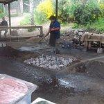 Preparando las piedras para poner la comida