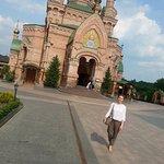 Золотые купола церкви Свято-Покровского монастыря