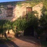 Fachada principal: la casa se inspira en el estilo toledano clásico