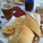 Sándwich de jamón crudo y queso con cerveza una exquisitez.