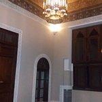 Petit salon attenant à une chambre avec son superbe plafond !!