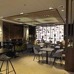 De bar binnenin, beneden. Het uitstekende restaurant ligt op de eerste etage