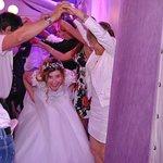 Une Mariée en pleine soirée HEUREUSE du cadre de sa soirée et les convives aussi !