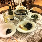 Excellent mussels with the recommended white Contessa Pecorino wine.