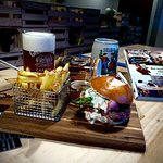 hamburger, frite fraîche, bière