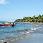 La Playa de Manzanillo en el pueblo con el refugio al fondo...
