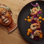 Grilled shrimp with crispy salad and mango and cucumber sauce