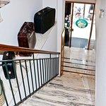 Escaleras de acceso al hote, recepción y habitaciones situados en la primera planta del edificio