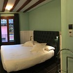 Fantastic, spacious, modern room that is in the heart of Madrid, just a few minutes walk from Pl