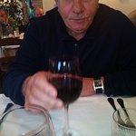 l'amico vito assaggia il vino offerto dalla casa