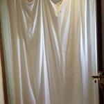 La cortina del baño: Peor que el baño de un hotel de 5ta categoría