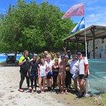 El grupo feliz junto al equipo de Rangiroa Plongue
