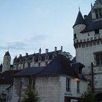 Voici le château et un des 2 clochers de l'église StOurs qui abrite le tombeau d'Agnès Sorel.