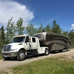 Huge 5th Wheel rolling into MamaYeh RV Park